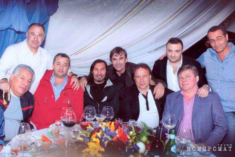 3-й (слева направо) Гавриил Юшваев (Гарик Махачкала), 4-й Алексей Суворов (Петрик), 6-й Олег Шишканов (Шишкан).jpg