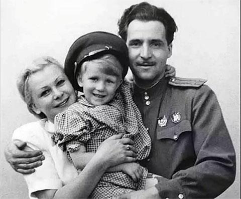 Валентина Серова с сыном и Константином Симоновым