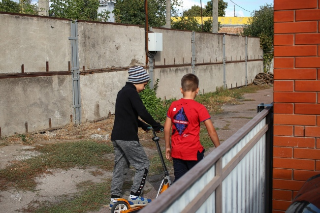 Соседи Кирилла теперь отпускают своих детей гулять только во дворе. Фото: Герман Кригер