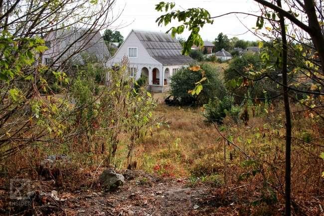 Вид на дом Петровке со стороны посадки, по которой играли дети. Фото: Герман Кригер