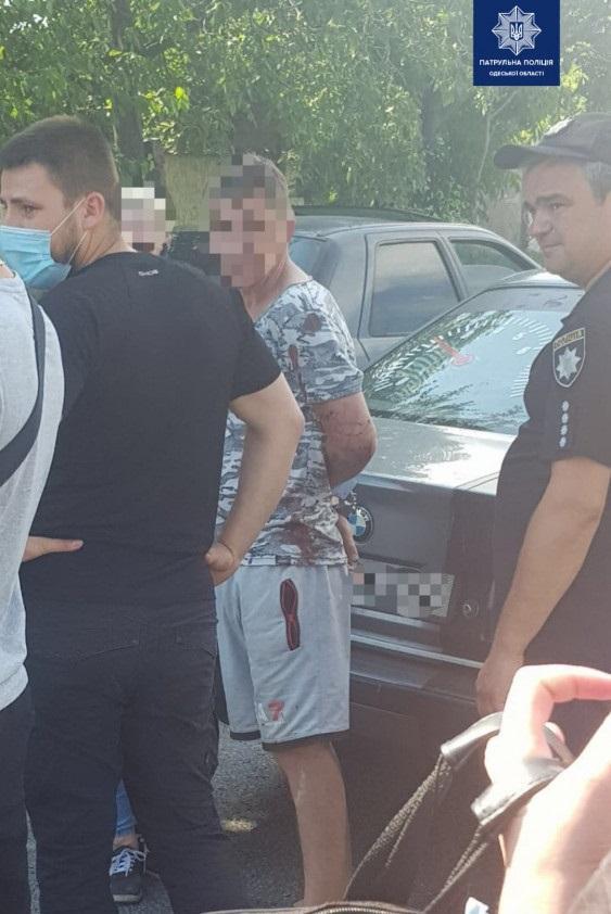 В Одессе пьяный водитель на BMW сбил полицейского и проехал с ним на капоте более 100 метров