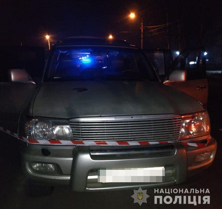Автомобиль «Toyota Land Cruiser» с телом мертвого полицейского в багажнике, который правоохранители остановили на выезде из Никополя
