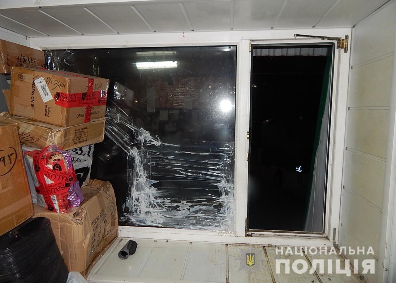 На одесском промрынке чуть не украли сейф, где хранились более 1,5 миллиона гривен и ещё 180 тысяч долларов. Фото: Нацполиция