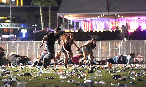 Люди убегают из под обстрела