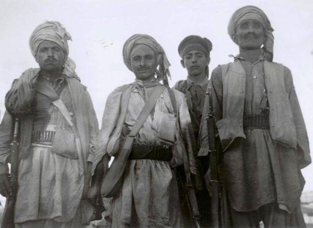 Вооруженные пакинстанцы на пути в Кашмир