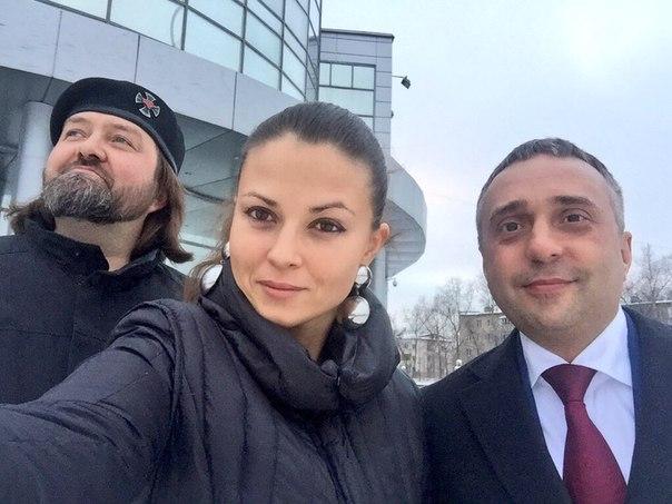 Олег Иванов — справа от Юлии.