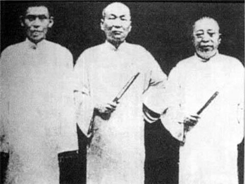 Слева: Ду Юэшэн, Чжан Сяолин и Хуан Цзиньжун