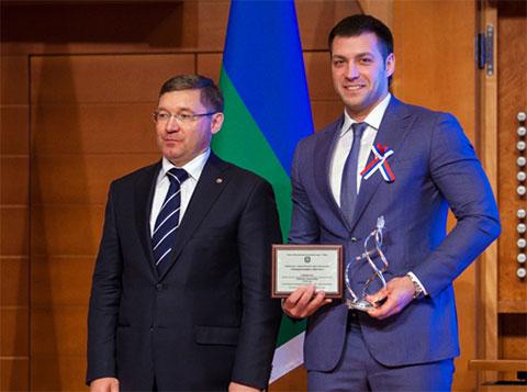 Губернатор Тюменской области Владимир Якушев (слева) вручает Михаилу Черевко награду