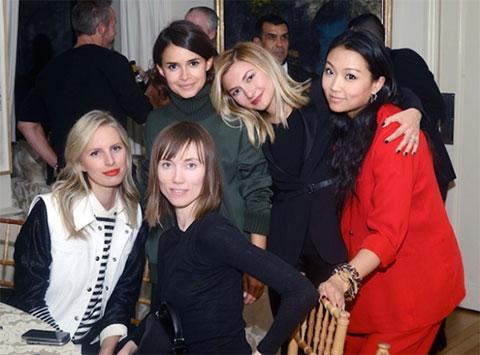 Вероника Чу - крайняя справа, Мирослава Дума - крайняя слева во втором ряду