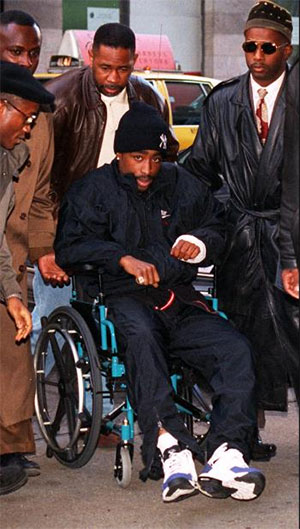 Тупак Шакур  на инвалидном кресле перед судом