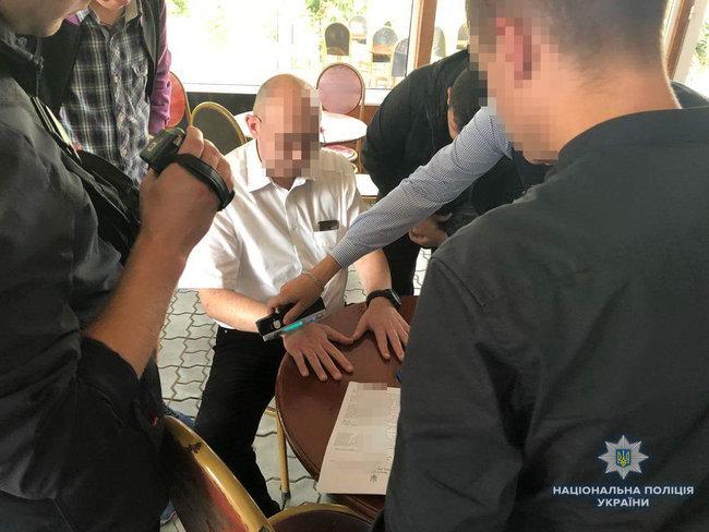 Чиновник горсовета задержан на Ривненщине при получении 13,5 тыс. грн взятки, — Нацполиция 02