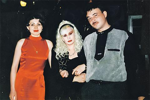 Первая красавица на селе Инесса Тарвердиева (в центре) с мужем Арзу и подругой Еленой. Арзу погибнет, у Елены застрелят дочь.